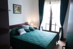Спальня. Черногория, Костаньица : Апартамент для 2 человек с отдельной спальней и балконом с шикарным видом на море, 10 метров до пляжа