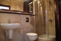 Ванная комната. Черногория, Костаньица : Апартамент для 6 человек с тремя спальнями и балконом с шикарным видом на море, 10 метров до пляжа