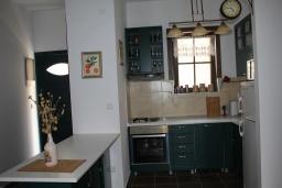 Кухня. Черногория, Костаньица : Апартамент для 6 человек с тремя спальнями и балконом с шикарным видом на море, 10 метров до пляжа