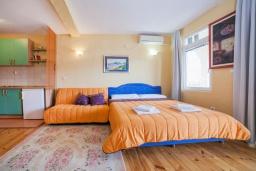 Гостиная. Черногория, Булярица : Апартамент в 100 метрах от пляжа, с гостиной, отдельной спальней и балконом с видом на море