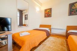 Спальня. Черногория, Булярица : Апартамент в 100 метрах от пляжа, с гостиной, отдельной спальней и балконом с видом на море