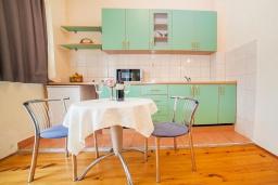 Кухня. Черногория, Булярица : Апартамент в 100 метрах от пляжа, с гостиной, отдельной спальней и балконом с видом на море
