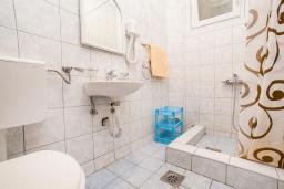 Ванная комната. Черногория, Булярица : Апартамент в 100 метрах от пляжа, с гостиной, отдельной спальней и балконом с видом на море