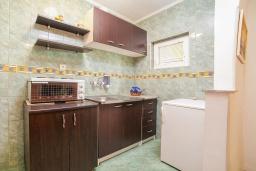 Кухня. Черногория, Булярица : Апартамент в 100 метрах от пляжа, с гостиной, отдельной спальней и общей террасой