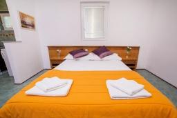 Гостиная. Черногория, Булярица : Апартамент в 100 метрах от пляжа, с гостиной, отдельной спальней и общей террасой