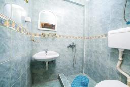 Ванная комната. Черногория, Булярица : Апартамент в 100 метрах от пляжа, с гостиной, отдельной спальней и общей террасой