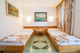 Спальня. Черногория, Булярица : Апартамент в 100 метрах от пляжа, с гостиной, отдельной спальней и общей террасой