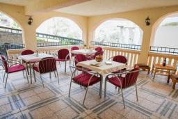 Терраса. Черногория, Булярица : Апартамент в 100 метрах от пляжа, с гостиной, отдельной спальней и общей террасой