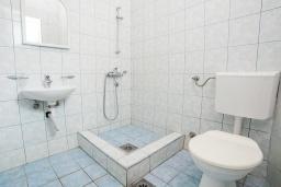 Ванная комната. Черногория, Булярица : Студия в 100 метрах от пляжа с общей террасой