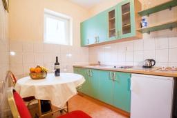 Кухня. Черногория, Булярица : Апартамент в 100 метрах от пляжа, с гостиной, отдельной спальней и большим балконом с видом на море
