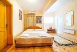 Спальня. Черногория, Булярица : Апартамент в 100 метрах от пляжа, с гостиной, отдельной спальней и большим балконом с видом на море