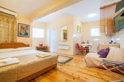 Гостиная. Черногория, Булярица : Апартамент в 100 метрах от пляжа, с гостиной, отдельной спальней и большим балконом с видом на море