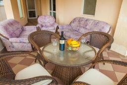 Балкон. Черногория, Булярица : Апартамент в 100 метрах от пляжа, с гостиной, отдельной спальней и большим балконом с видом на море