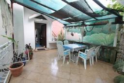 Терраса. Черногория, Нивице : Апартамент с 1 спальней и балконом с шикарным видом на море, 10 метров до пляжа