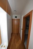 Коридор. Черногория, Игало : Современный апартамент с отдельной спальней