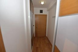 Коридор. Черногория, Игало : Современный апартамент с отдельной спальней и балконом с видом на море