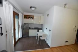 Кухня. Черногория, Игало : Современный апартамент с отдельной спальней и балконом с видом на море