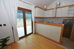 Кухня. Черногория, Игало : Современный двухуровневый апартамент для 6 человек, с  2-мя отдельными спальнями, с 2-мя ванными комнатами, с балконом с видом на море