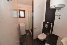 Ванная комната. Черногория, Игало : Современный двухуровневый апартамент для 6 человек, с  2-мя отдельными спальнями, с 2-мя ванными комнатами, с балконом с видом на море
