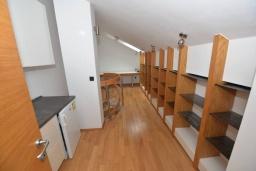 Коридор. Черногория, Игало : Современный двухуровневый апартамент для 6 человек, с  2-мя отдельными спальнями, с 2-мя ванными комнатами, с балконом с видом на море