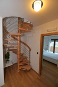 Лестница наверх. Черногория, Игало : Современный двухуровневый апартамент для 6 человек, с  2-мя отдельными спальнями, с 2-мя ванными комнатами, с балконом с видом на море