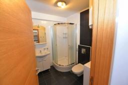 Ванная комната. Черногория, Игало : Современный апартамент с отдельной спальней и балконом с видом на море