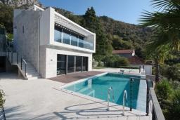 Фасад дома. Черногория, Липцы : Современная вилла с бассейном, пляжем и видом на море, 5 спален, 6 ванных комнаты, парковка, Wi-Fi
