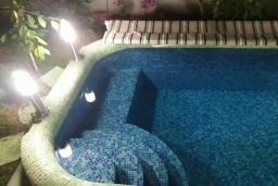 Бассейн. Черногория, Будва : Уютная вилла с бассейном и зеленым двориком с барбекю, 5 спален, 5 ванных комнат, парковка, Wi-Fi