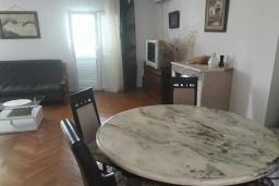 Гостиная. Черногория, Будва : Уютная вилла с бассейном и зеленым двориком с барбекю, 5 спален, 5 ванных комнат, парковка, Wi-Fi