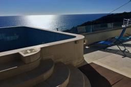Бассейн. Черногория, Ульцинь : Прекрасная вилла с бассейном и видом на море, 4 спальни, 3 ванные комнаты, парковка, Wi-Fi
