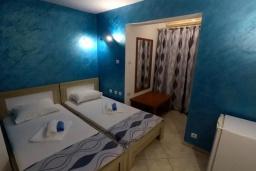 Спальня. Черногория, Будва : Прекрасная вилла с бассейном и зеленым двориком, 13 спален, 13 ванных комнат, парковка, Wi-Fi