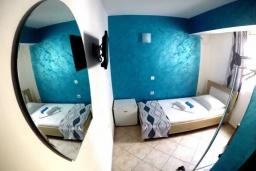 Спальня 2. Черногория, Будва : Прекрасная вилла с бассейном и зеленым двориком, 13 спален, 13 ванных комнат, парковка, Wi-Fi