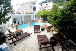 Фасад дома. Черногория, Будва : Прекрасная вилла с бассейном и зеленым двориком, 13 спален, 13 ванных комнат, парковка, Wi-Fi