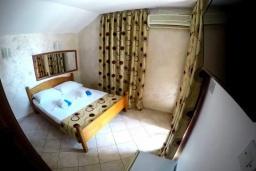 Спальня 3. Черногория, Будва : Прекрасная вилла с бассейном и зеленым двориком, 13 спален, 13 ванных комнат, парковка, Wi-Fi