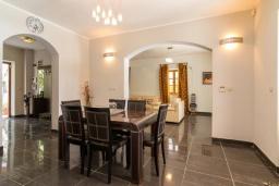 Обеденная зона. Черногория, Рисан : Роскошная вилла с бассейном и видом на море, 7 спален, барбекю, Wi-Fi