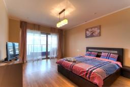 Спальня. Черногория, Будва : Современный апартамент с гостиной, четырмя спальнями, тремя ванными комнатами и балконом с видом на море