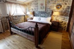 Спальня. Черногория, Доня Ластва : Роскошная каменная вилла с приватным двориком и барбекю, 3 спальни, 3 ванные комнаты, парковка, Wi-Fi