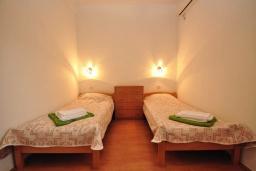 Спальня 2. Черногория, Костаньица : Прекрасная вилла возле пляжа с зеленым двориком и видом на море, 6 спален, 6 ванных комнат, парковка, Wi-Fi