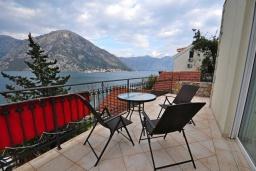 Балкон. Черногория, Костаньица : Прекрасная вилла возле пляжа с зеленым двориком и видом на море, 6 спален, 6 ванных комнат, парковка, Wi-Fi