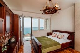 Спальня. Черногория, Герцег-Нови : Апартамент с гостиной, двумя спальнями и балконом с видом на море
