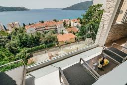 Балкон. Черногория, Герцег-Нови : Апартамент с гостиной, двумя спальнями и балконом с видом на море