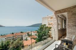 Вид на море. Черногория, Герцег-Нови : Апартамент с гостиной, двумя спальнями и балконом с видом на море