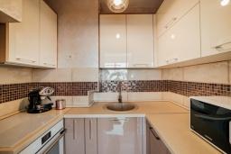 Кухня. Черногория, Герцег-Нови : Апартамент с гостиной, двумя спальнями и балконом с видом на море