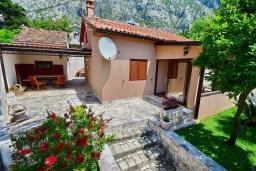 Фасад дома. Черногория, Ораховац : Уютная вилла возле пляжа, 3 спальни, 2 ванные комнаты, Wi-Fi