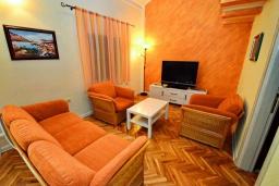 Гостиная. Черногория, Ораховац : Уютная вилла возле пляжа, 3 спальни, 2 ванные комнаты, Wi-Fi