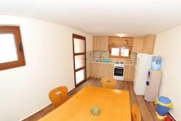 Кухня. Черногория, Ораховац : Уютная вилла возле пляжа, 3 спальни, 2 ванные комнаты, Wi-Fi