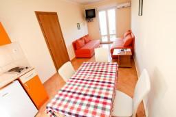 Гостиная. Черногория, Костаньица : Апартамент для 4 человек, с отдельной спальней, с балконом с шикарным видом на залив, 10 метров до моря