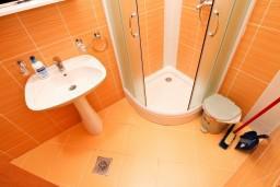 Ванная комната. Черногория, Костаньица : Апартамент для 4 человек, с отдельной спальней, с балконом с шикарным видом на залив, 10 метров до моря
