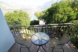 Балкон. Черногория, Костаньица : Апартамент для 4 человек, с отдельной спальней, с балконом с шикарным видом на залив, 10 метров до моря