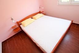 Спальня. Черногория, Костаньица : Апартамент с отдельной спальней, с балконом с шикарным видом на залив, 10 метров до моря